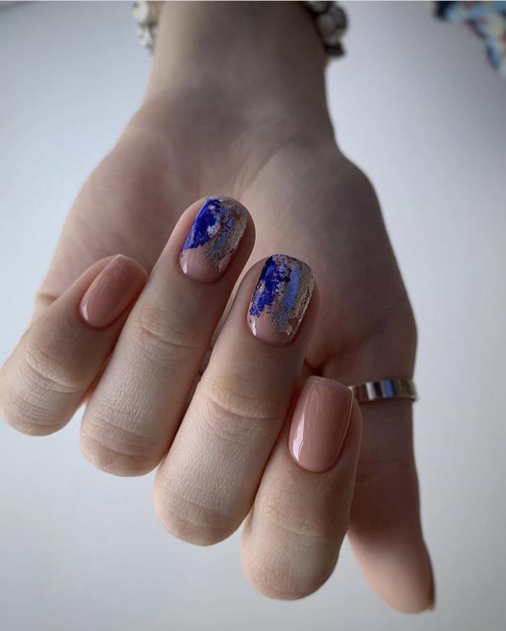 Маникюр синий с фольгой