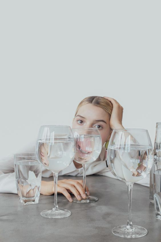 девушка пьет воду