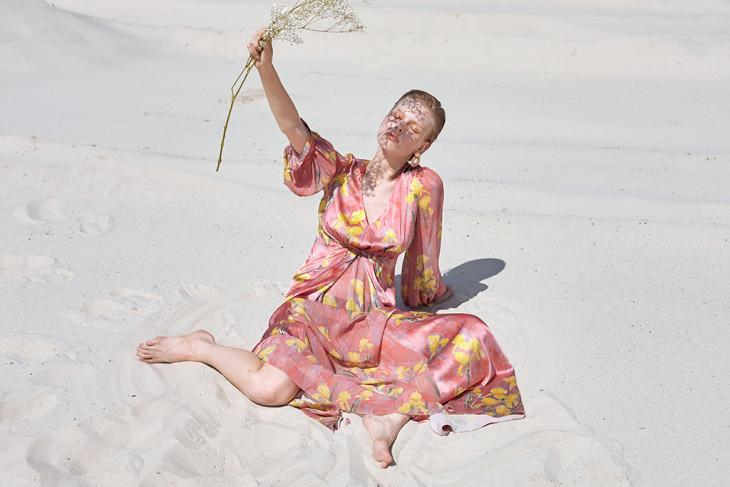 Струящееся платье из шелка с ирисами Couture de Fleur