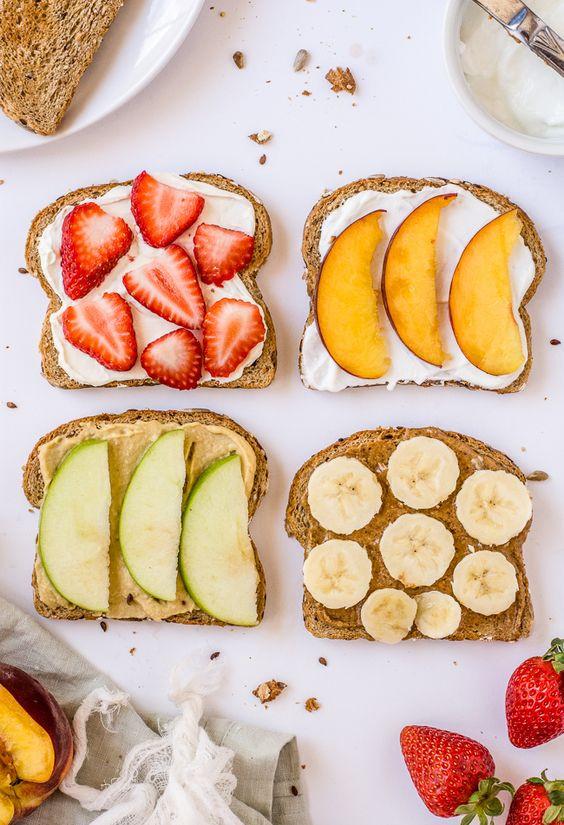 Тосты с арахисовой пастой и фруктами