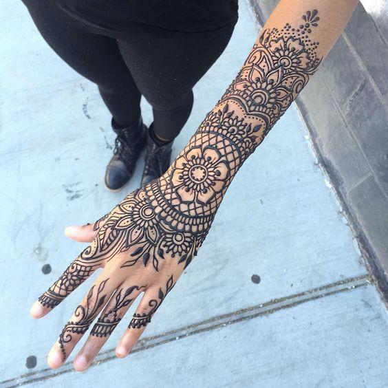 красивая татуировка хной на руке
