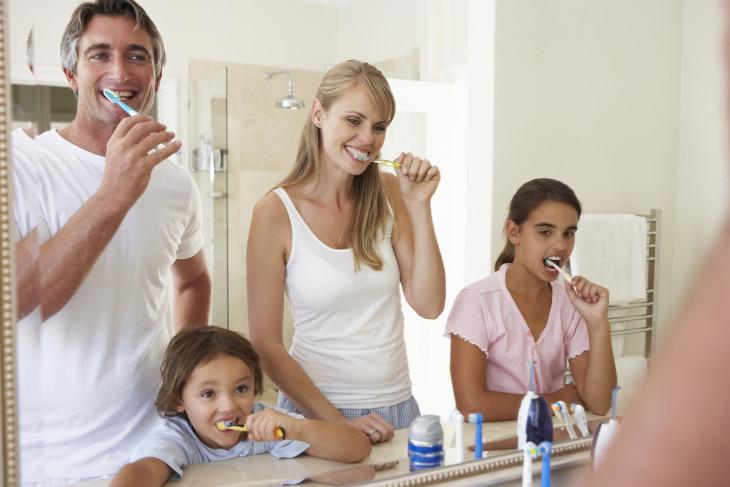 чистят зубы
