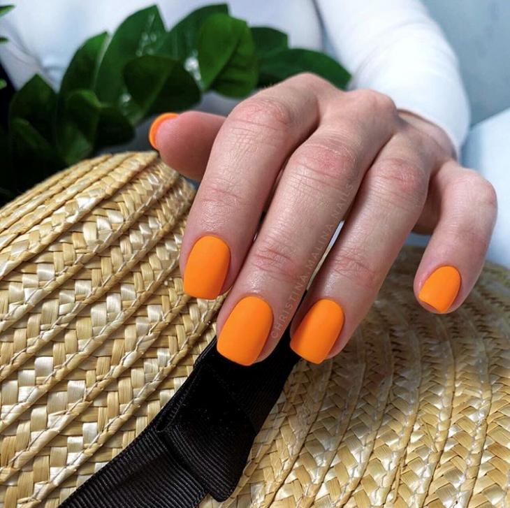 Матовый оранжевый маникюр