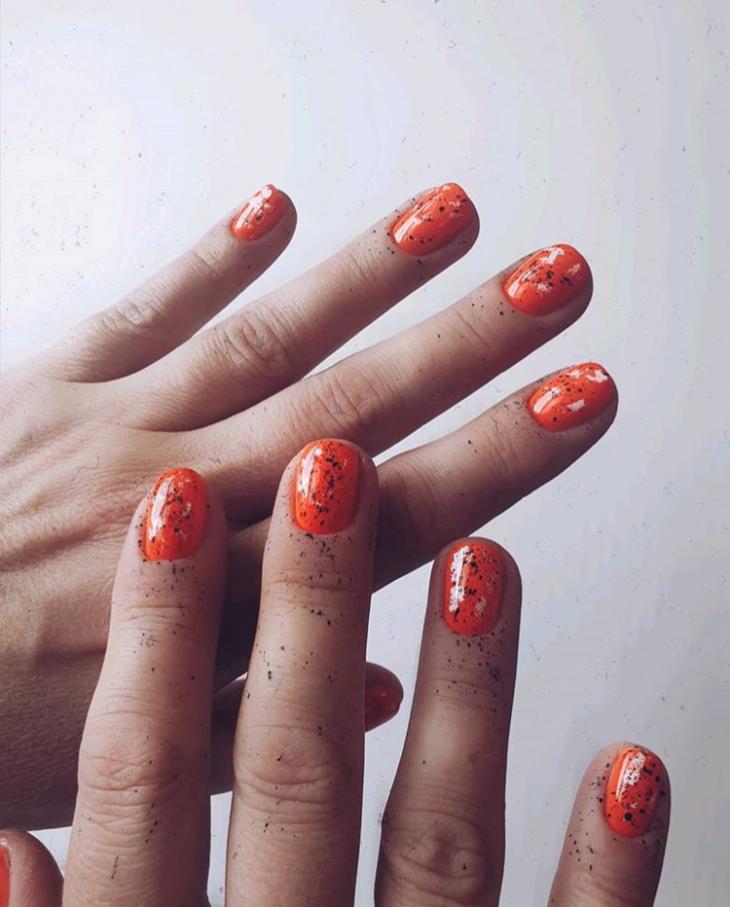 Маникюр оранжевый с блестками