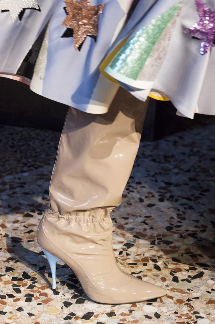 Модные сапоги из лакированной кожи
