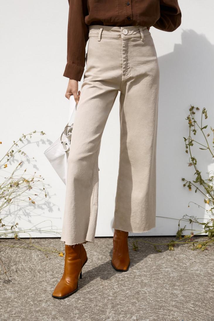 Zara Серо-бежевые джинсы с необработанным низом