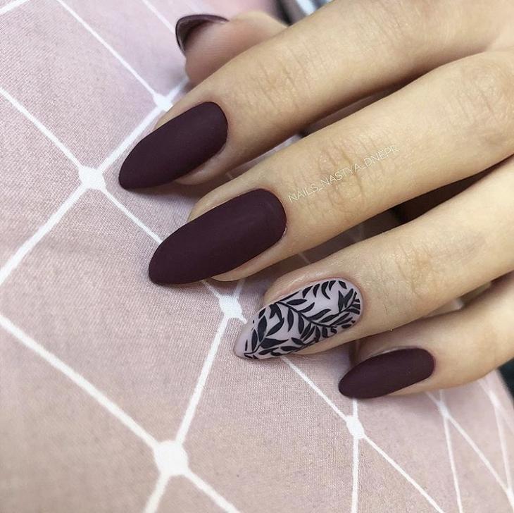 Темный маникюр на острые ногти