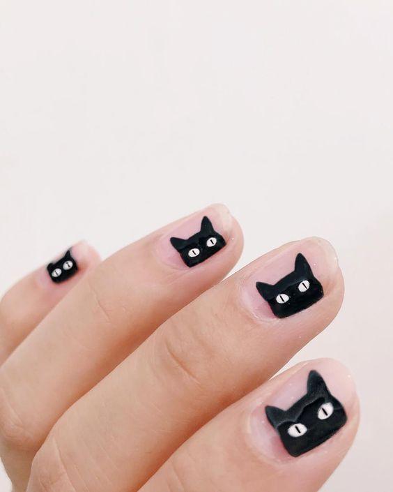 маникюр с черным котом