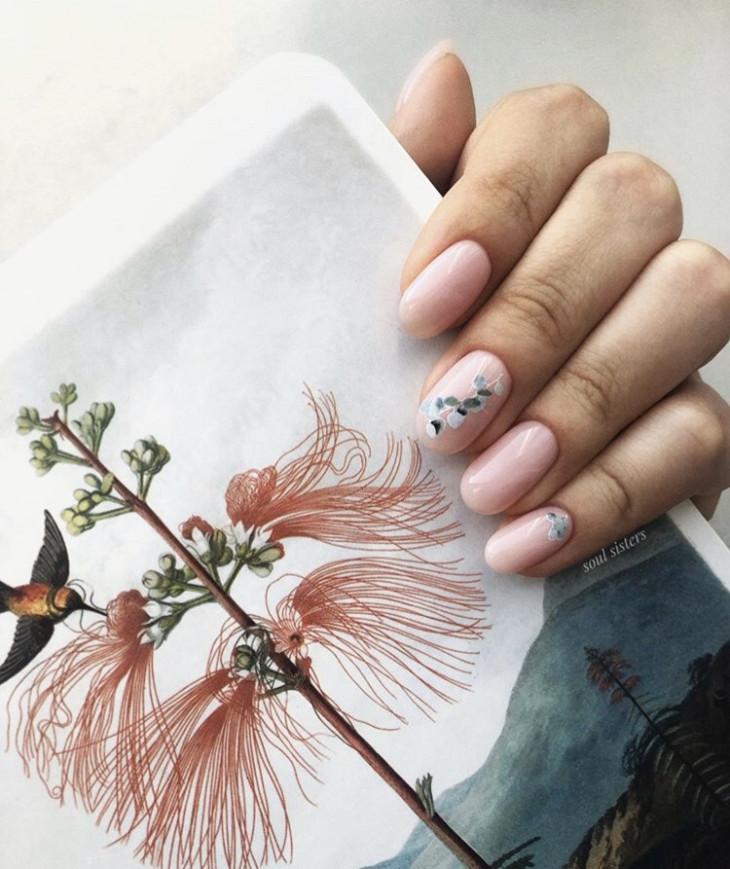 Светлый маникюр с цветами