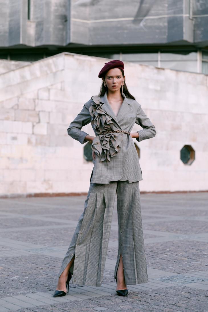 костюм CЇX, обувь Hameleon shoes, украшения UMORANOVA-min