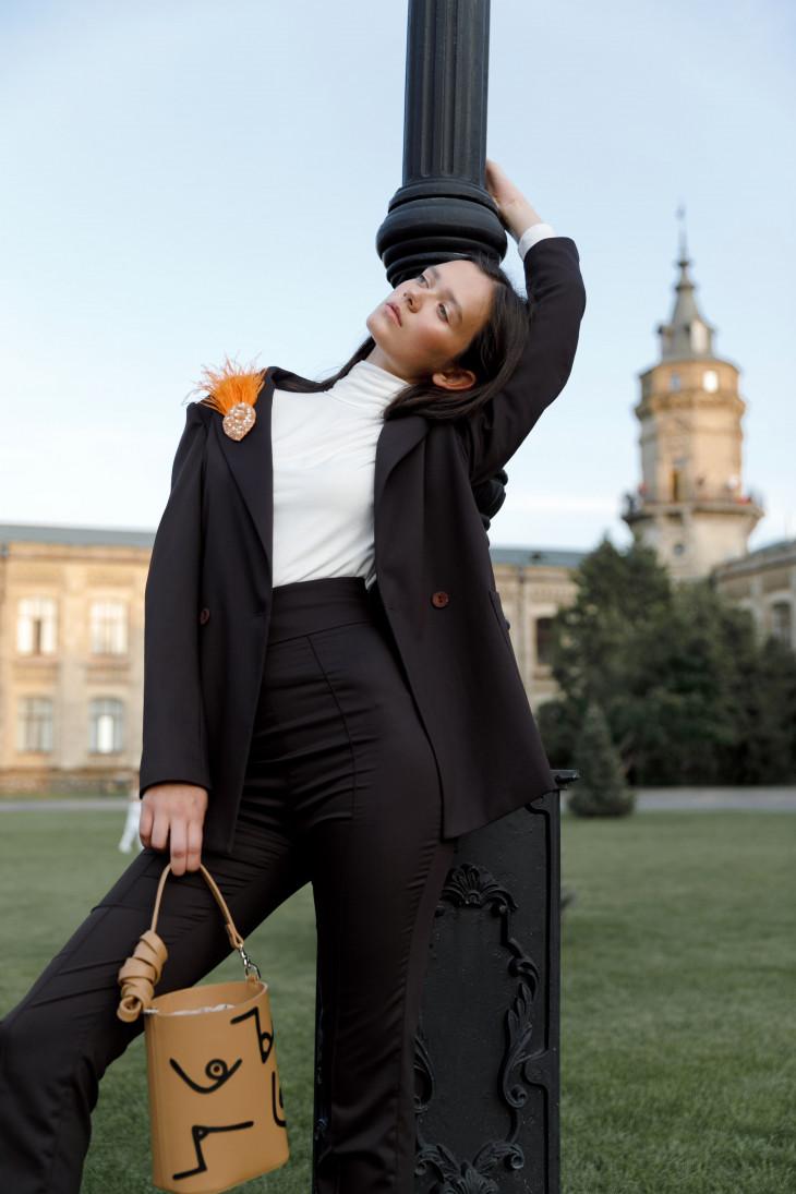 костюм ELENA GURANDA, сумка KOZHUHAR, украшения UMORANOVA(1)-min