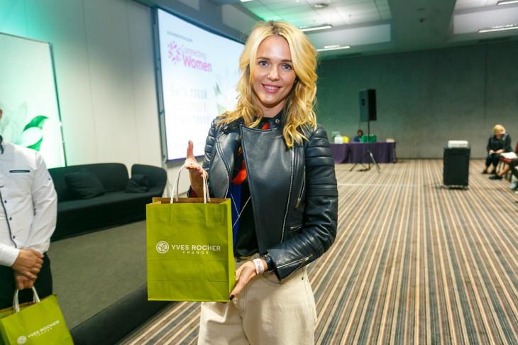 Участница конференции с подарком от французского бренда YvesRocher
