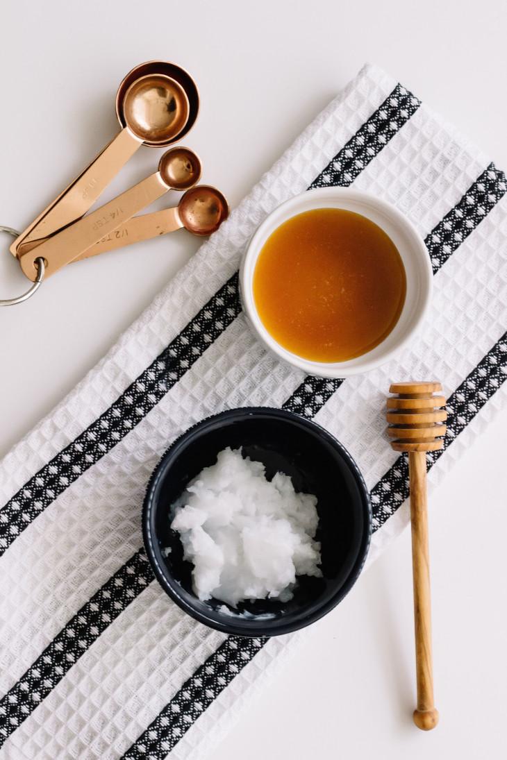 Питательная маска для волос из кокосового масла и меда