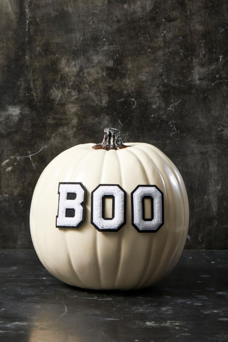 тыква на хэллоуин с надписью